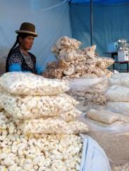 Dieses Mais-Puffgebäck ist in Boliven ganz groß und an jeder Ecke zu finden.