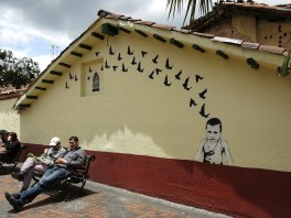 Immer wieder wird diese Wand neu gestrichen, nur dieses Kunstwerk wird verschont