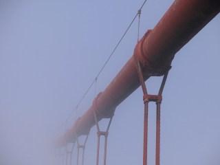 Immer mal wieder blitzen Teile der Brücke durch den Nebel.