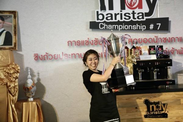 คุณจอย บาริสต้า แชมป์ประเทศไทยปี 2558 (ภาพ Facebook TIBC)