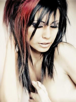 Kurzhaarfrisuren Schwarz Mit Roten Strahnen – Trendige Frisuren