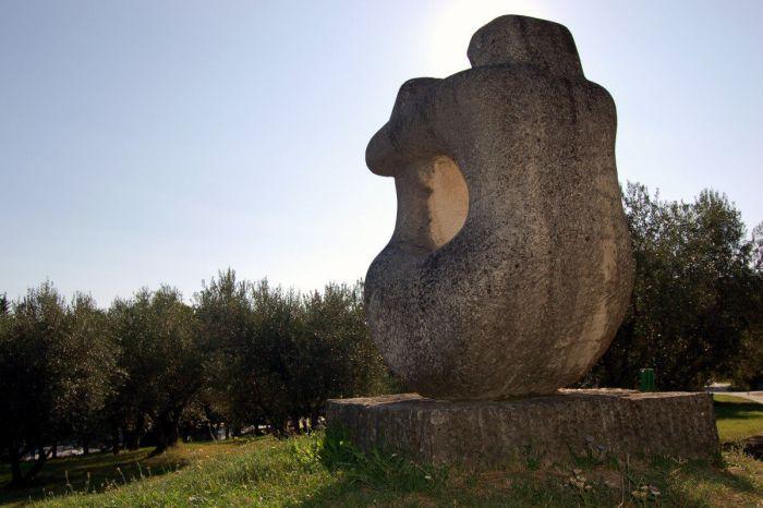 Скульптуры в парке Форма Вива Порторож Словения