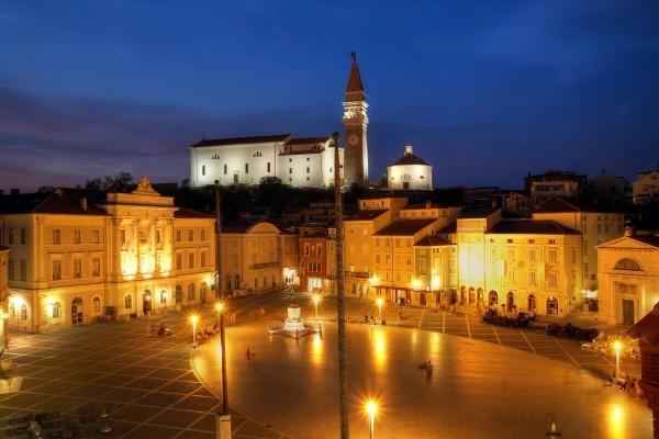 Площадь Тартини ночью Пиран Словения