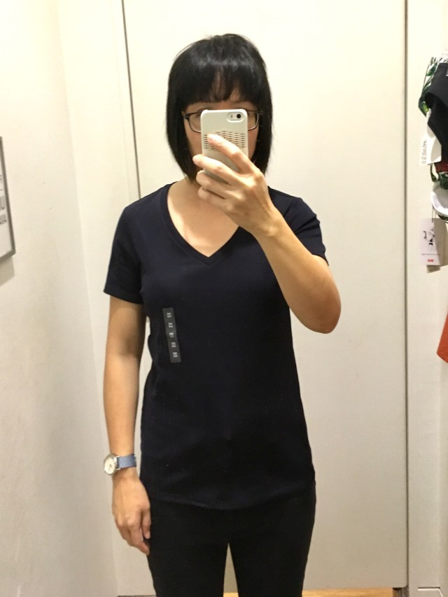 uniqlo-fittingroom-vnecktee
