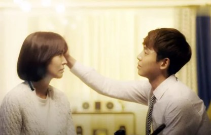 Kang Min-Ho pats Kim Soon-Jung's head. Kim Seo-Yeon and Jung Kyung in Falling in love with Soon-Jung