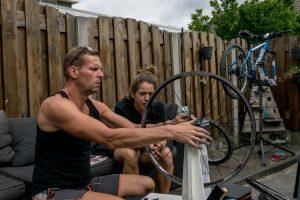 Wielen richten tijdens een cursus fietsenmaker