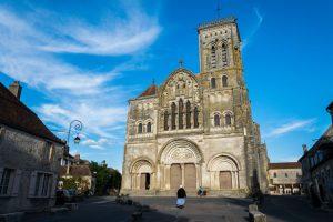 Kathedraal van Vezelay langs oude wegen en pelgrimssteden