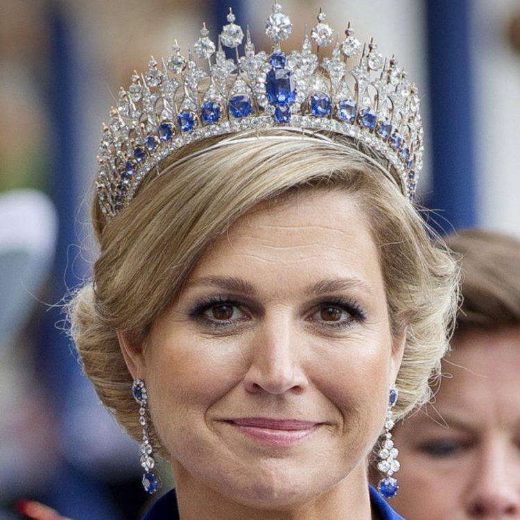 Koningin Maxima met kroon en blauwe jurk