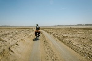 fietsen in de woestijn in Peru