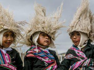 kinderen in traditionele kleding in Peru