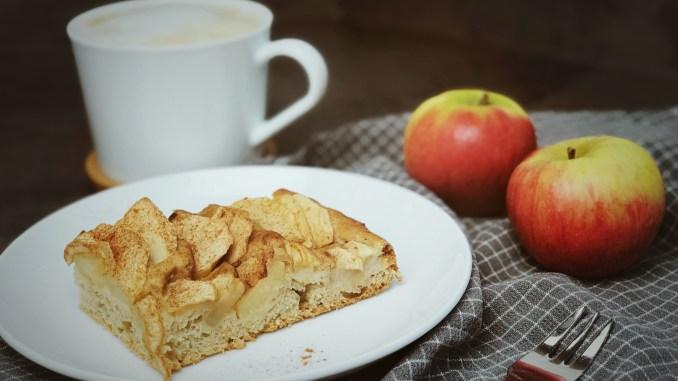Veganer Apfelkuchen vom Blech mit Hefeteig ohne raffinierten Zucker