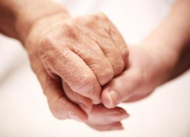 手のしわを取り除き、防ぐための15の簡単な方法