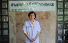 อาจารย์ลำดวนที่หน้าคลีนิก Dr. Lumduan in front of Bangkok Health Clinic