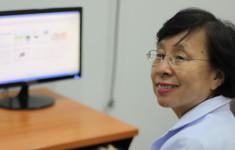 อาจารย์ลำดวนทำงานอยู่หน้าโต๊ะคอมพิวเตอร์คะ Dr. Lumduan at the Computer