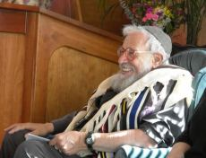 Rabbi Zalman Schachter-Shalomi wearing Rainbow Tallit in Ashland, Oregon at Havurah Shir Hadash. Photo by Jim Young.