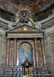 Chiesa del Gesu: main altar, again with the Jesuit symbol