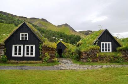 Einige Häuser in Island sind mit Moos bewachsen.