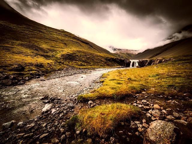 Wasser fließt durch die Berge von Island.