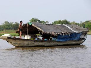 Ein Hausboot schwimmt auf dem Tonlé Sap, dem größten Süßwassersee in Kambodscha und ganz Asien.