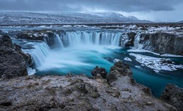 Ein Wasserfall in Island.