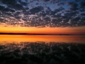 Wolkenspiegelung bei Sonnenuntergang