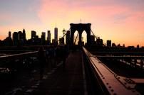 Ein romantischer Sonnuntergang auf der Brooklyn Bridge mit der Skyline von Manhatten.