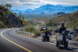 Zwei Wochen bereisen wir die mexikanische Halbinsel Baja. Wüste, Savanne und Berge wechseln sich ab mit Stränden und azurblauem Wasser.