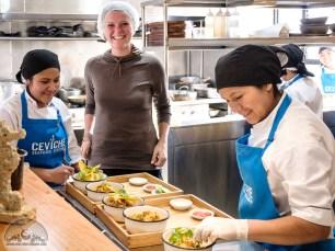 Ein Blick hinter die Kulissen: Ich darf mit Haarnetz in der Küche bei der Zubereitung unseres Esses direkt dabeisein.
