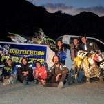 Jaime (ganz rechts auf der Enduro) lädt uns in La Paz zu sich nach hause ein. Außerdem hilft er uns mit unseren Mopeds: Aluschweißer, Ölwechsel und Bremsbeläge werden für uns aufgetrieben. Außerdem nimmt er uns an seinem freien Tag mit zu seinen Freunden auf die Motocross-Strecke zum Üben. Herzlichen Dank lieber Jaime für die wunderschöne Zeit mit dir!