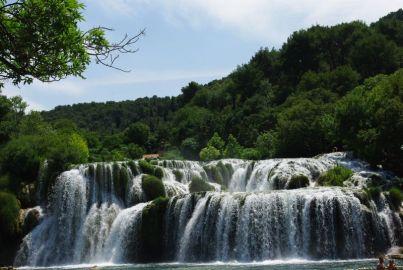 ... besteht aus vielen Wasserfällen...