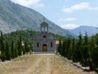 Am Weg stehen immer wieder Gotteshäuser verschiedener Religionen.