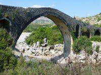 Die Brücke von Mes ist mit 108 Metern Länge und 15 Bögen die am besten erhaltene türkenzeitliche Brücke in Albanien. Sie liegt nahe Shkodra.