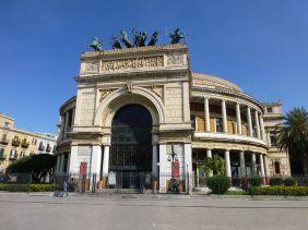 Am Teatro Politeama beginnt ein informativer Stadtrundgang.