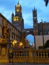 Die Kathedrale in der Abenddämmerung.