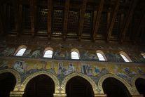 Innenausstattung mit Gold und Mosaiken. Sehr sehenswert ist auch die hölzerne Decke.