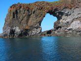 Riesige Lavatore im Meer - die Küste erinnert hier an die Felsalgarve in Portugal.