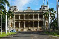 ... und mondäne Gebäude prägen den Weg von Honolulu nach Waikiki