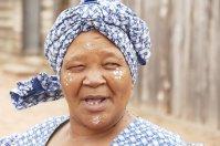 Betty trägt eine traditionelle Gesichtsbemalung der Xhosa