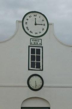 """Die """"Vergleichsuhr"""" in Swellendam ist für Leute gedacht, die die Uhrzeit nicht ablesen können. Das untere Uhrwerk funktioniert, in der oberen Uhr ist die Zeit des Gottesdienstes fest eingestellt. So wussten die Leute, wenn es Zeit wird in die Kirche zu gehen."""