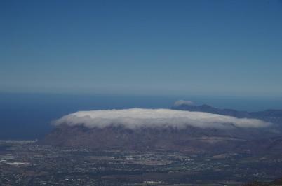 Das für den Tafelberg typische Tischtuch geht heute fremd und liegt heute auf den Gipfeln bei Muizenberg