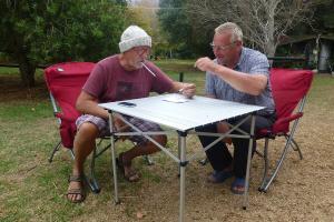 Die Reise geht weiter: Peter und Jörg bei der Routenplanung.