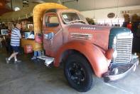 07 Hier macht das Anmelden Spaß. Die Rezeption im Canyon Roadhouse ist auf der Ladefläche eines alten LKW untergebracht.