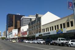 Schmucklos: Die Independence Ave ist die Hauptgeschäftsstraße in Windhoek