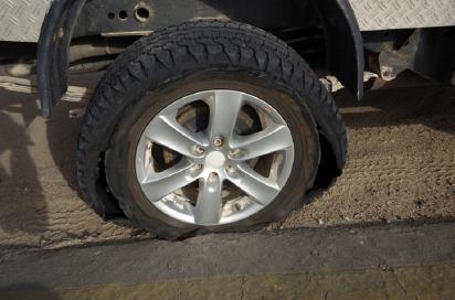 Schöne Geburtstagsüberraschung, der Reifen ist komplett hinüber.