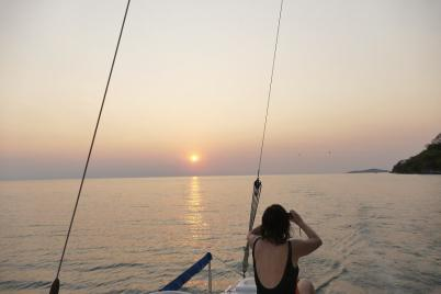 Mit dem Katamaran segeln wir in den Sonnenuntergang.