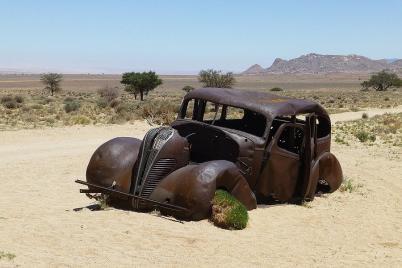Ganz so weit ist es mit unserem Auto noch nicht. Mit diesem Oldtimer soll der Besitzer angeblich Diamanten geschmuggelt haben und von den Wachleuten verfolgt worden sein. Damit lassen sich die unendlich vielen Einschusslöcher im Wagen erklären