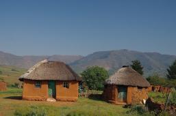 ... vorbei an den typischen Hütten...