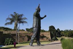Da steht er höchst selbst im Regierungsviertel von Pretoria.