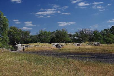 ... durch diese alte Brücke strömen. Sie sieht zwar nicht Vertrauen erweckend aus, gehört aber zu Botswanas Nationalmonumenten.