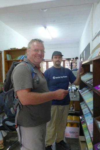 Harry vom Karibuni-Center gibt uns eine Grundeinweisung für Tansania